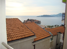 С террасы открывается великолепный вид на Святой Стефан и море