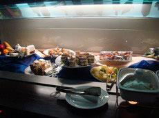 Выпечка, фрукты и закуски в ресторане отеля Residence