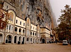 Острожский монастырь высечен в скале высоко в горах