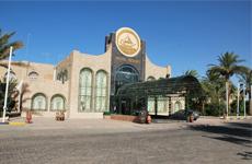 Отель Jasmine Village располагается в 10 километрах от Хургады на берегу Красного моря.