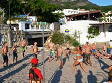 А тем временем в лагере ребята решили помериться силами с вожатыми и пригласили их сыграть в пляжный волейбол