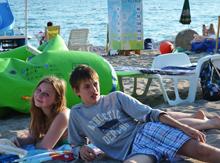 А пока шла игра Лена Ершова и Паша Курденков принимали воздушные ванны