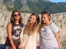 Фаина Зингеренко, Елена Ершова и их вожатая Марина покоряют Старый Бар своей красотой