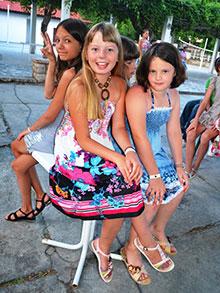 Юные леди с нетерпением ждут открытия конкурса, чтобы поддержать танцоров из своей команды в увлекательной битве
