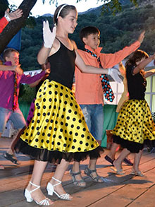 Танцевальная битва началась! Сколько разных и непохожих друг на друга танцев мы увидели!!! Участники, как всегда, радовали гостей и зрителей восхитительными яркими номерами и  нарядами…