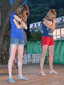 Настя и Лена выступают в дуэте…