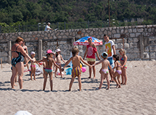 Но, стоит отметить, что именно малыши  из «Мэри Поппинс»  стали первыми осваивать разные территории лагеря. Сначала они очень быстро освоились на пляже