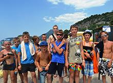 К удивлению отдыхающих и местного населения на пляже появились полторы сотни русских детей в очках, с замотанными тканью головами и с игрушечными автоматами и пистолетами