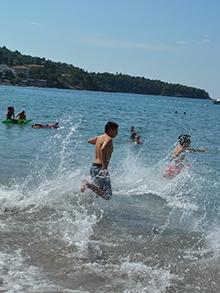 Плавцы из двух лагерей ринулись в воду