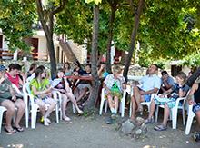 Учиться можно и на отдыхе. Исторические лекции Александра Валерьевича очень приятно слушать сидя в тени деревьев