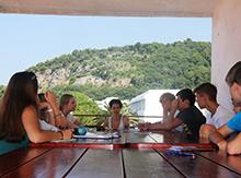 Kate Kamenskaya, директор Only English, предпочитает проводить занятия со своей сильной группой в самых живописных местах нашего лагеря…