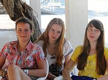 А это другая учебная группа, они выбирают занятия поближе к земле. Ксюша Каремина (слева) ездит в наш лагерь уже 3 года, Ильми – 2 года, а Лена Яновская приехала впервые. Наверняка вернется еще!