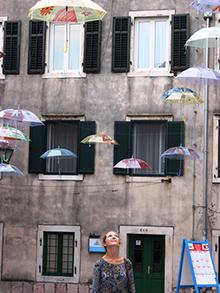 Очередная оригинальная фишка улочек Котора – парящие зонты. Мери Поппинсам бы здесь понравилось!