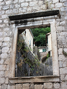 Необычное окно… Все это делает Котор таким сказочным и необычным