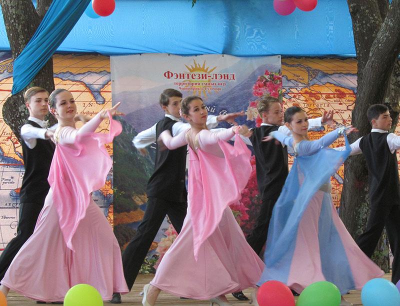 Леди и джентльмены из ансамбля бального танца 'Радуга'. Александров
