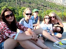 Зрители и участники шоу нежатся тод теплым черногорским солнцем