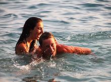 А вот Лере Поповой и Диме Старенькову и в воде хорошо