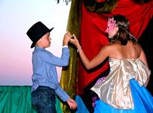 Знаменитая сибирская театральная дива Роза Луговая в окружении поклонников