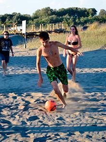 Мягкий песок и  НЕОБЫКНОВЕННЫЙ ПРОСТОР, позволяют Тахируи тут же затеять  футбол