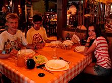 А в уютном ресторанчике Fish'ka, стоящем прямо на реке Баяна , мы ужинали очень вкусным рыбным супом и ассорти из мяса