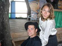 Пастырь Брокер и свободная фермерша Сара  готовятся к встрече колонистов и индейский племен