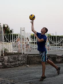 Утро – это время не только занятий, но и спортивных состязаний. Наши юноши продолжают специализироваться в играх с мячом – футболе и волейболе