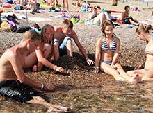 И «Онли Инглиш», конечно, тоже не только на лекциях сидит, да на пляже загорает…