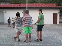 А это - наш ответственный куратор -  Полина Никифорова со своими друзьями,  присматривает за маленькими турками. И вечер все ближе!