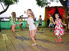 Заводные маленькие турчанки решились танцевать первыми