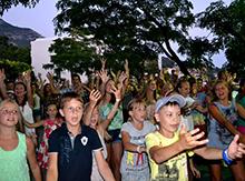 А народ! Народ танцевал до упаду, дааа! Готовы были «сбивать ноги в кровь»! Да, День народного единения, он такой!