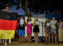 Германия храбрится изо всех сил - поет «до скорой встречи»