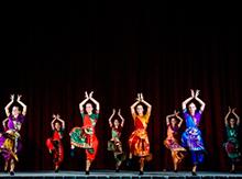 … подарили зрителям красочный индийский танец