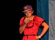 Перед вами Дмитрия Джонсон из Джорджии, которая удивительным образом похожа на Дмитрия, в ярком платье и популярной бейсболке, кушает национальное американское блюдо – гамбургер)