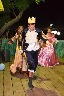 Король с придворными дамами пустился в пляс