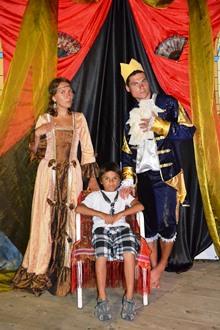 Королевская семья рада всем