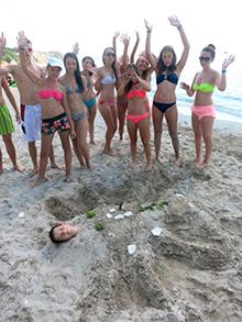 На пляже невозможно не увлечься и другими делами…